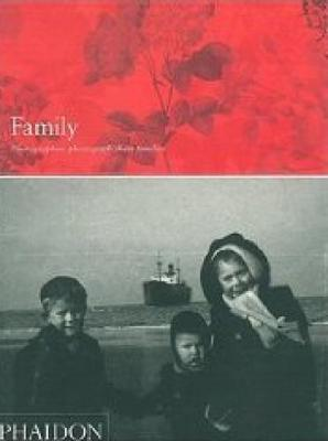 Family: Photographers Photograph Their Families (Hardback)