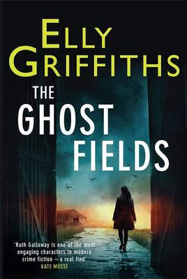 The Ghost Fields: The Dr Ruth Galloway Mysteries 7 (Hardback)