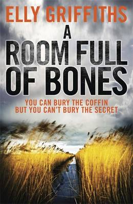 A Room Full of Bones - The Dr Ruth Galloway Mysteries 4 (Paperback)